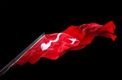 La bandiera d'ondeggiamento della Turchia ha isolato su fondo nero Fotografie Stock