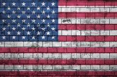 La bandiera degli Stati Uniti d'America è dipinta su un vecchio muro di mattoni fotografie stock libere da diritti