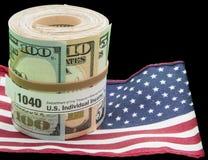 La bandiera degli Stati Uniti della forma del rotolo 1040 di valuta di carta ha isolato il nero Fotografie Stock