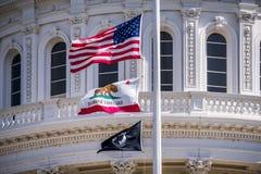 La bandiera degli Stati Uniti, la bandiera di California e la bandiera di POW-MIA che ondeggia dentro immagine stock libera da diritti