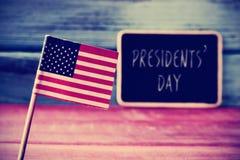 La bandiera degli Stati Uniti ed il giorno di presidenti del testo in una lavagna Fotografie Stock