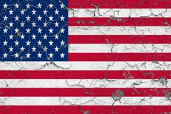 La bandiera degli Stati Uniti ha dipinto sulla parete sporca incrinata Modello nazionale sulla superficie d'annata di stile illustrazione di stock