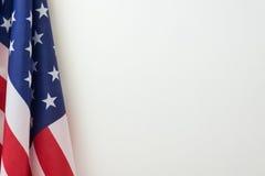 La bandiera degli Stati Uniti rasenta il fondo bianco Fotografia Stock