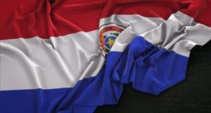 La bandiera del Paraguay si è corrugata su fondo scuro 3D rende Fotografia Stock Libera da Diritti