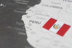 La bandiera del Perù ha disposto sulla mappa del Perù della mappa di mondo fotografie stock libere da diritti