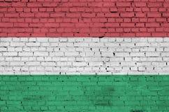 La bandiera dell'Ungheria è dipinta su un vecchio muro di mattoni immagine stock