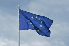 La bandiera dell'Unione Europea fluttua su vento Immagine Stock