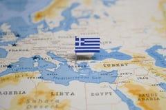 La bandiera della Grecia nella mappa di mondo immagine stock