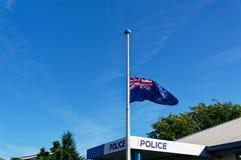 La bandiera della Nuova Zelanda vola al mezzo albero fuori di un commissariato di polizia immagini stock