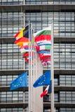 La bandiera delle bandiere e della Francia di Unione Europea vola al mezz'asta Fotografia Stock