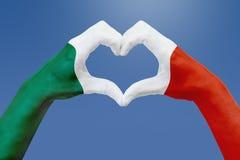 La bandiera delle mani del Messico, modella un cuore Concetto del simbolo del paese, su cielo blu Fotografia Stock Libera da Diritti