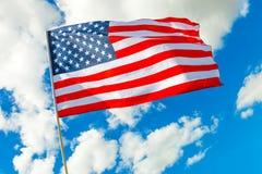 La bandiera di U.S.A. con le nuvole su fondo ha sparato all'ora dorata Fotografia Stock Libera da Diritti