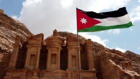 La bandiera giordana vola in vento rigido sopra Petra Treasury video d archivio