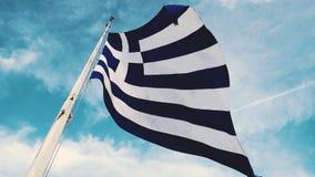 La bandiera greca fluttua nel vento stock footage