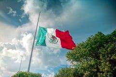 La bandiera messicana gigante vola nel vento in Cancun Immagine Stock