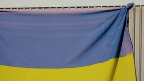 La bandiera nazionale dell'Ucraina è appesa sul balcone dell'appartamento video d archivio