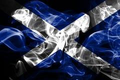 La bandiera nazionale della Scozia ha fatto da fumo colorato isolato su fondo nero immagine stock