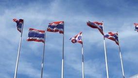 La bandiera nazionale della Tailandia segue il vento con il fondo del cielo blu stock footage