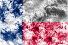 La bandiera nazionale dello stato USA il Texas dentro contro un fumo grigio il giorno di indipendenza nei colori differenti di ro immagine stock