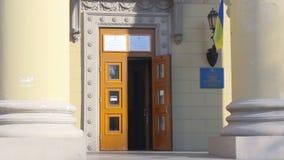 La bandiera nazionale ucraina fluttua sopra l'entrata al seggio elettorale Elezioni presidenziali in Ucraina stock footage