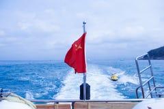 La bandiera rossa cinque stelle che fluttua contro il vento Immagine Stock