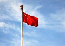 La bandiera rossa cinque stelle sotto cielo blu Fotografie Stock