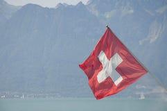 La bandiera svizzera sul lago Lemano fotografia stock libera da diritti