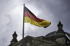 La bandiera tedesca vola sopra l'edificio di Reichstag a Berlino Immagini Stock Libere da Diritti