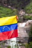 La bandiera venezuelana nelle mani della donna ad Angel Fall, il Venezuela Immagini Stock