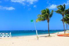 La bandiera verde sulla spiaggia non indica il pericolo quando bagna Repubblica dominicana fotografie stock libere da diritti