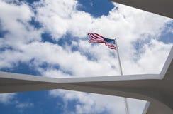 La bandierina degli Stati Uniti vola sopra il memoriale di USS Arizona Immagine Stock