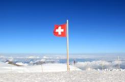 la bandierina svizzera Rosso-bianca contrassegna il Jungfraujoch Immagini Stock