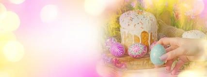 La bannière de Pâques avec des oeufs de pâques et la Pâques durcissent Image libre de droits