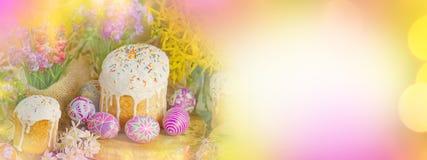 La bannière de Pâques avec des oeufs de pâques et la Pâques durcissent Photos stock
