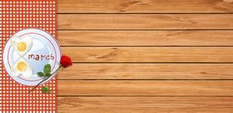 La bannière heureuse de jour du ` s de femmes avec le numéro 8 a formé des oeufs au plat Photo stock