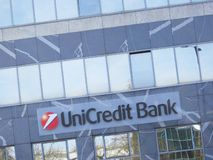 La banque d'Unicredit se connectent un bâtiment photographie stock