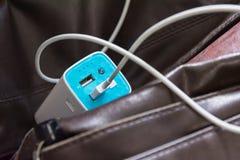 La banque de batterie d'USB sur le sac en cuir permutent la technologie chargeant Busi Image libre de droits