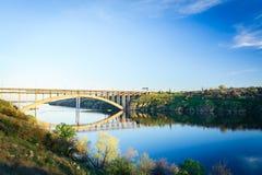 La banque de Dnieper Pont de la transfiguration de Zaporozhye Photo libre de droits