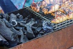 La barbacoa del kebab de la carne del prendedero de la pechuga de pollo en los pinchos asa a la parrilla Concepto de comida de la fotografía de archivo