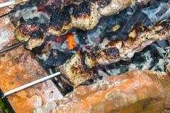 La barbacoa del kebab en el carbón de piedra del horno de los pinchos quemó Imagen de archivo libre de regalías