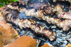 La barbacoa del kebab en el carbón de piedra del horno de los pinchos quemó Fotografía de archivo