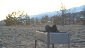 La barbacoa se coloca en la orilla del lago metrajes