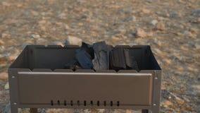 La barbacoa se coloca en la orilla del lago almacen de metraje de vídeo