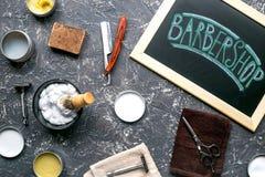 La barbería firma adentro concepto cosmético de los hombres en la opinión superior del fondo oscuro Foto de archivo libre de regalías