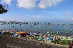 La barca è ammucchiata sul porto ha riempito di gamberetto e di pesce fotografia stock libera da diritti