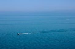 La barca è sul mare, camminante dal mare, viaggio della barca Fotografie Stock