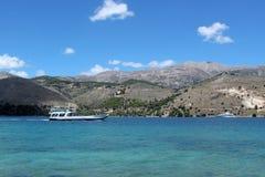La barca arriva nella laguna fotografia stock libera da diritti