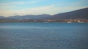 La barca bianca galleggia contro bello paesaggio archivi video