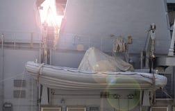 La barca a bordo sulla nave da guerra fotografia stock