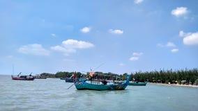 La barca che è piantata alla spiaggia Questa barca è usata dai pescatori locali per pescare il pesce intorno alla spiaggia fotografia stock